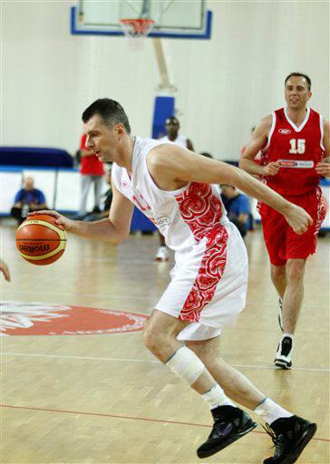 Михаил Прохоров большой любитель баскетбола