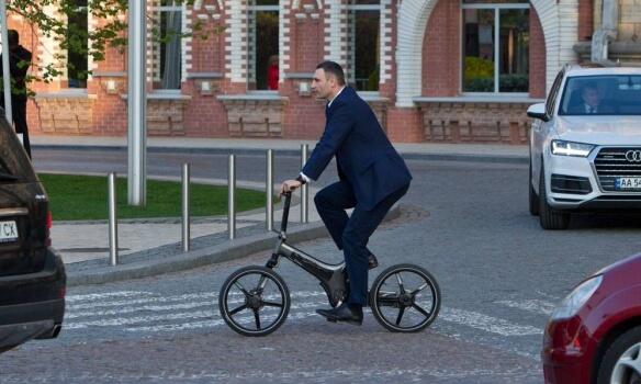 Виталий Кличко добирается на работу на велосипеде